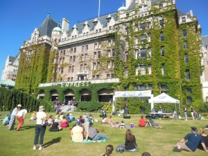 Buskers in front of Empress hotel